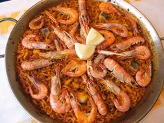 Fideua - Valencian noodles with seafood! Paella Party, Mexican Food Recipes, Ethnic Recipes, Spanish Food, Rice Dishes, Saveur, Omelette, Flan, Noodles