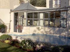 Agrandie d'une véranda recouverte de zinc, une simple maison de hameau est devenue une demeure...