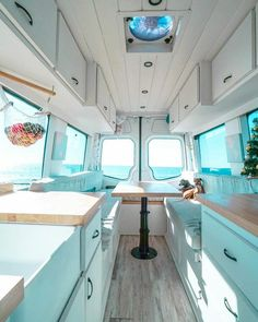 Now I definitely want a campervan with windows in it. It makes the interior look so spacious and bright! This is by far my favorite #vanlife layout.