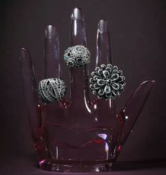 PAULA SAVINI ☆ Rua 18, N°476, Setor Oeste ☆ (62) 3280-4333 Coleção Inverno 2014 da designer Juliana Manzini, anéis ajustáveis por fio de silicone em metal de banho prata envelhecido cravejado. Curta mais : #zzgoiania @Z z Goiânia #zzsetoroeste #zzmoda @Paula McCarthy Savini ■■www.zzgoiania.com■■