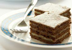 A kakaós rétegek közé bújtatott vaníliakrém mesés, ebből a sütiből soha nem elég egy-két szelet.