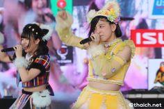 タイの首都バンコク中心部の大型ショッピングセンター・セントラルワールドで、2017年2月10日から12日までの3日間開催されたジャパンカルチャーの祭典「JAPAN EXPO THAILAND 2017」。日タイ修交130周年となる2017年の「JAPAN EXPO 」は、日本の女子アイドルグループ10組以上がステージを彩る、とても華やかなイベントになりました。 「JAPAN EXPO 」最終日の2月12日にメインステージで披露された、SNSとリアルアイドル活動を通じて世界にKAWAIIジャパンアイドルカルチャーを発信するアイドルグループ・わーすた(The World Standard)のパフォーマンスを写真で御覧ください。 わーすた 坂元葉月 廣川奈々聖 松田美里 小玉梨々華 三品瑠香 http://wa-suta.world/                       JAPAN EXPO THAILAND 2017 [日程] 2017年2月10日(金)~ 12日(日) [開場] セントラルワールド [入場料] 無料 [ウェブ]…