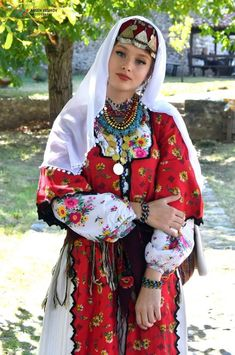 Costumes Around The World, Attractive Girls, Beautiful Costumes, Ethnic Dress, Folk Costume, Ethnic Fashion, World Cultures, Fashion History, Traditional Dresses