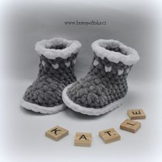 Baby Dolphin Booties 2017 – Krampolinka Knit Baby Shoes, Crochet Baby Boots, Booties Crochet, Baby Blanket Crochet, Baby Booties, Crochet Shell Pattern, Crochet Patterns, Free Pattern, Bernat Baby Yarn
