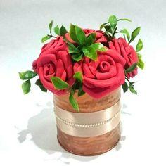 Artesanato em EVA: 60 modelos para inspirar sua produção (fotos, tutoriais e moldes) Origami, Beautiful Flowers, Planter Pots, Vase, Diy, Home Decor, Milk Can Decor, Cheap Table Centerpieces, Picture Table
