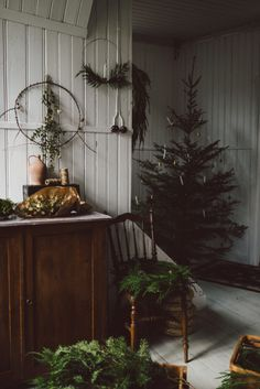 A beautiful quiet natural Christmas in this modern rustic home with a simple Christmas tree and minimalist decorations using natural foliage Dark Christmas, Natural Christmas, Christmas Mood, Rustic Christmas, All Things Christmas, Simple Christmas, Vintage Christmas, Merry Christmas, Christmas Crafts