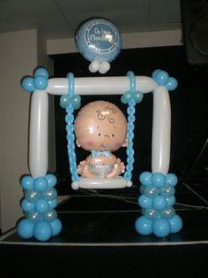 Columpio hecho con globos para decoracion de baby shower. #DecoracionBabyShower