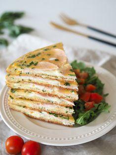Příprava jídla je opravdu snadná a fantazii se meze nekladou – vajíčka si můžete naplnit nejen šunkou a sýrem, ale v podstatě čím chcete. Například rajčaty nakrájenými na plátky, špenátem, paprikou či cibulkou. Myslím, že jídlo může být dobré i s kozím sýrem, ale ještě jsem to nestihla vyzkoušet. Do vajíčkového základu můžete dát buď čerstvé bylinky nebo klidně sušené (bazalka, oregano…). Já to mám ale nejraději s čerstvou petrželí. Caprese Salad, Benefit, Vegan, Ethnic Recipes, Tableware, Kitchen, Food, Punk, Red Peppers