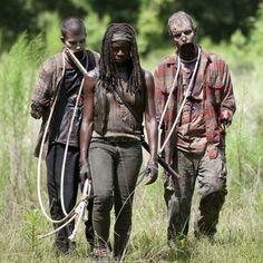 """""""Und jetzt sind alle tot. Und zwar deinetwegen. Sie haben sich auf dich verlassen. Du warst ihr Anführer! Aber jetzt, bist du ein Nichts. Von mir aus kannst du verrecken."""" — Carl Grimes zu seinem bewusstlosen Vater Während Rick und Carl zjucz einer verlassenen Bar gelangen, verfällt Michonne wieder in ihr altes Muster. Sie organisiert sich zwei neue """"Haustier-Zombies"""" und geht ihren Weg. Als sie Fußspuren von Rick und Carl entdeckt, überlegt sie kurz, entschließt sich dann aber diesen nicht…"""