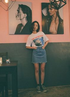 Here's some laid-back, cool style inspiration for the weekend straight from Korea. Simply wear an oversized graphic tee of your choice tucked into a raw-hem denim skirt and complete the look with black high top Converse sneakers. High Top Converse Outfits, Casual Outfits, Cute Outfits, Fashion Outfits, Converse Sneakers, Denim Converse, Converse High Tops How To Wear, Black Converse Style, Converse Fashion