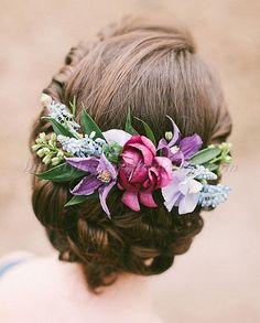 wedding+hair+with+flowers,+floral+hair+accessories+for+brides+-+wedding+hairstyle+with+flowers #weddinghairstyles #weddingflowers