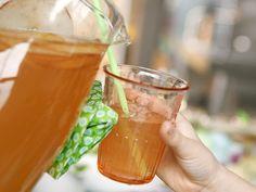 Alcoholvrije fruitpunch -  375 ml appelsap 250 ml roze pompelmoes (sap) 1 rode appel 1 vanillestokje 125 ml water 750 ml spuitwater 100 g suiker ijsblokjes
