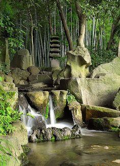 This is one of the lovely corners in the Koraku-en garden in Okayama. It is officially the third most beautiful garden in Japan. Japanese Garden Design, Chinese Garden, Japanese Gardens, Japan Garden, Garden Waterfall, Style Japonais, Okayama, Paludarium, Garden Theme