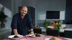 Níže najdete pohromadě recepty na lahůdky, které šéf Zdeněk Pohlreich připravoval z kančího masa. Vyzkoušejte je. Chutnají dokonale. Red Peppers