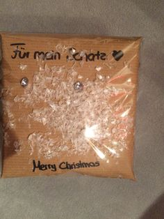 Weihnachtsgeschenk mit Schnee