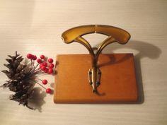 Appendino vintage  singolo con gancio in ottone e placca in legno, Robusto Misura cm 11x17.  Da utilizzare così o da reinterpretare magari in stile shabby chic, è proposto ad euro 7