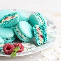 Пирожные макарон (les macarons) с кокосовым ганашем и малиной