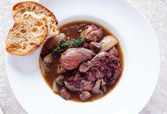 Петух в вине Coq au vin История Coq au vin, одного из национальных блюд Франции и любимого блюда знаменитого комиссара Мегрэ, намного проще, чем можно себе представить. Так же, как и его приготовление.