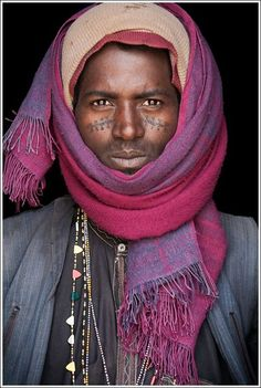 Rostros / Faces / Portrait by John Kenny John Kenny, We Are The World, People Around The World, Black Is Beautiful, Beautiful People, Facial Tattoos, Luge, African Culture, African Beauty