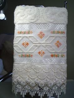 Marca: Karsten, 99% algodão e 1% viscose  Medida: 33 x 50cm  Cor: creme (melina)  Trabalho: ponto reto e crivo  O trabalho pode ser na cor que o cliente desejar  Cores de toalhas disponíveis; branca e creme