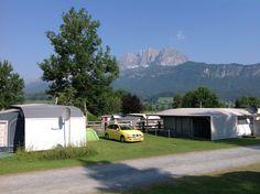 Camping Michelnhof. St. Johann in Tirol. Østrig. Smukke Wilderkaiser rejser sig massivt i baggrunden. Sikken smuk udsigt at drikke sin morgenkaffe til og sikke et vejr. 32 grader og sol fra en blå himmel.