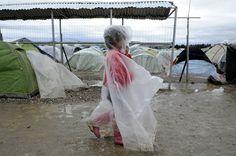Οι πρώτοι πρόσφυγες που εγκαταλείπουν την Ειδομένη  thetoc.gr Cover Up