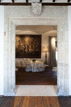 María Prado es diseñadora de interiores y decoradora. Diseña proyectos a medida, teniendo en cuenta la arquitectura y sus habitantes. Manipula el espacio, utilizando la luz, los materiales, las texturas y el mobiliario para crear un espacio único