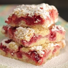 Recipe with video instructions: How to make Strawberry Crumb bars Ingredients: 3 cups fresh strawberries, ½ cup white sugar, 1 ½ cups all-purpose flour, ½ tsp baking powder, ¼… Rhubarb Recipes, Strawberry Recipes, Recipes With Strawberries, Strawberry Brownies, Strawberry Muffins, Just Desserts, Delicious Desserts, Yummy Food, Holiday Desserts