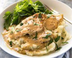 Κοτόπουλο σε υπέροχη κρεμώδη σάλτσα μελιού και μουστάρδας, πασπαλισμένο με θυμάρι που του δίνει μια νότα φρεσκάδας, σερβιρισμένο με πουρέ άλλο συνοδευτικό