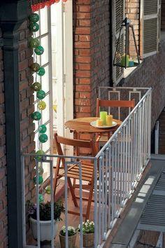kleiner Balkon Platz für zwei dekoriert Topfpflanzen Kerzen einladend