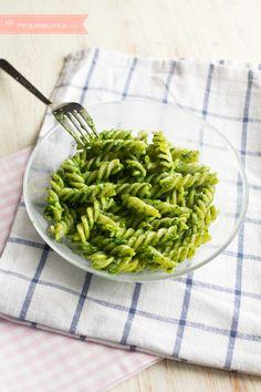 La pasta con salsa de pesto es una receta fácil, la manera perfecta de incluir verduras en la alimentación infantil. Aprende a hacer pasta con salsa de pesto.