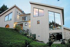 Stående fasade kan f å huset til å se smalere og høyere ut. Home Fashion, Future House, Shed, Outdoor Structures, Mansions, Interior Design, House Styles, Building, Inspiration