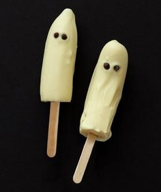 """heh they dont look like ghosts. Frozen Banana Ghosts: Dunk frozen bananas in the white chocolate and add two mini chocolate chips to create """"eyes. Halloween Desserts, Halloween Food For Party, Halloween Treats, Fall Halloween, Modern Halloween, Halloween Goodies, Melting White Chocolate, Mini Chocolate Chips, Chocolate Covered"""