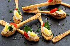 Sfogliatine salate a forma di cucchiaino con crema di pomodori secchi