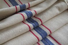 Saco de harina de grano de los productores de lino puro  -una hermosa vieja harina del grano de lino puro bolsa. todavía en el telar de mano, es en la condición ORIGINAL -la central de reservas fue en rojo y azul tejido...  -la bolsa de grano tiene cubierta/rastros de mancha, debe ser lavada! -No grietas sin agujeros!  -versátil, usted puede usar esta bolsa de grano -ideal para ropa decorativa residencial, tapicería, almohadas, corredores, alfombras o procesamiento conveniente... al Gene...