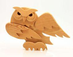Civetta in legno di larice fatta a mano  le mie preferite, le realizzo solo in legno di larice perchè si esaltano di più le forme ed i colori del legno, con la finitura spazzolata e oliata  Realizzato da www.legnanimato.it Wood Owls, Wood Bird, Scroll Pattern, Scroll Saw Patterns, Wood Projects, Woodworking Projects, Styrofoam Art, Intarsia Patterns, Work With Animals