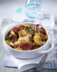 Brokkoli-Kartoffel-Gratin mit Cabanossi in Tomatensoße
