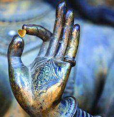 Segundo a via budista, reconhecer as causas do sofrimento é a base mais importante do crescimento interior. As Quatro Nobres Verdades descrevem a natureza deste mesmo sofrimento. Podemos passar pela vida apegados ao que gostaríamos que ela fosse, tristes pelo que não temos, angustiados pelo desconhecido chamado futuro: http://atrairmaisclientes.com/4-verdades-do-budismo +info: http://atrairclientes.com/