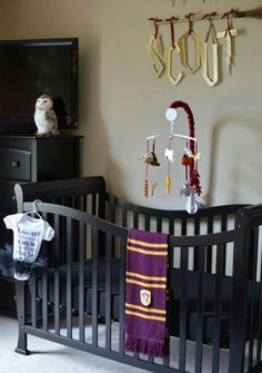 The biggest Harry Potter fans are becoming parents, and it's yielding the cutest results. Find out awesome Harry Potter themed baby room ideas! Baby Harry Potter, Deco Harry Potter, Harry Potter Nursery, Theme Harry Potter, Harry Potter Baby Shower, Nursery Themes, Nursery Decor, Room Decor, Nursery Ideas