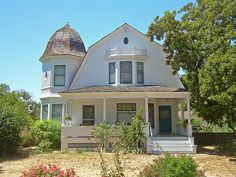 How to Build a Gambrel Roof. Gorgeous example of mixed architectural styles. Queen Anne and Dutch Colonial