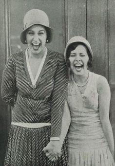En 1928 deux amies rigolant en fesant des grimaces. Elle portent de beaux habits assez chic! by lessie