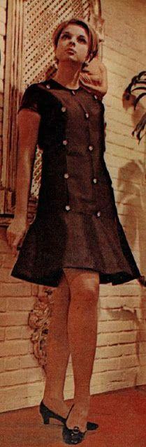 """De 1967. Sempre em moda para ocasiões especiais que não exijam """"traje longo"""". De zibelina preta, mangas curtas, botões de strass e saia abrindo em godê."""