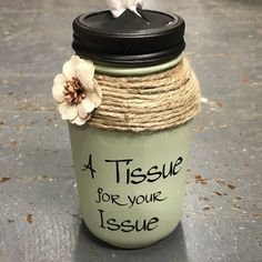 Mason Jar Tissue Holder Tissue for your edition Sage - Diy Craft Ideas Mason Jar Projects, Mason Jar Crafts, Mason Jar Diy, Green Mason Jars, Gifts With Mason Jars, Plastic Jar Crafts, Crafts With Jars, Pickle Jar Crafts, Jar Lid Crafts