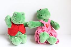 Hallmark FLIRTIN' FROGS stuffed plush FROG couple - Valentine's Day