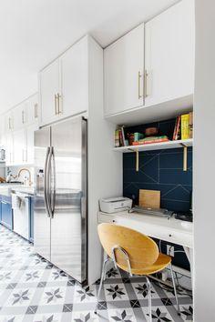 kitchen desk Kitchen Office Spaces, Bills Kitchen, Kitchen Desk Areas, Kitchen Desks, White Kitchen Cabinets, Galley Kitchen Remodel, Kitchen Reno, Desk Ideas, Office Ideas