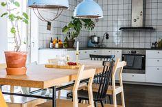 Inte så vårt att föreställa sig själv med en kafferykande långfrukost och korsord vid det här korkbordet i Årsta. Vill du se mer av Svärdslångsvägen 19B? Klicka på länken i vår bio. #nookshem #kitchen #interiors #residentialdesign #inspiration #architecturaldigest #theworldofinteriors #vogueliving #designdaily #dailyinterior #architecture #interiorgram #dailyinspiration #interiorsofinstagram #hometrends #design #instahome #interiorinspiration #designinspo #inspiration #interiorstyling…