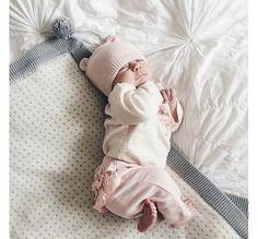 Aww, a cute newborn girl. Cute Little Baby, Baby Kind, Cute Baby Girl, Cute Babies, Baby Boy, Newborn Baby Dolls, Reborn Babies, Cute Baby Pictures, Baby Photos