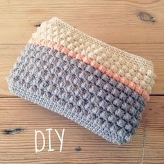 This is lovely. A little purse using the Crochet Bobble Stitch. (Mingky Tinky Tiger + the Biddle Diddle Dee) Bobble Stitch Crochet, Crochet Case, Bag Crochet, Crochet Purse Patterns, Crochet Handbags, Crochet Purses, Love Crochet, Beautiful Crochet, Crochet Kawaii