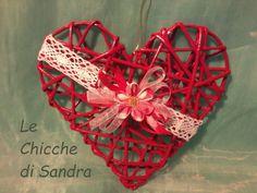 Cuore rosso con cannucce di carta, pizzo, fiore di stoffa, nastri di raso e organza