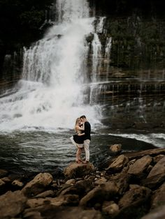 Como decorar o ensaio pré-casamento Fall Engagement, Engagement Pictures, Engagement Shoots, Wedding Fotos, Wedding Ideias, Photography Day, Wedding Photography, Snoqualmie Falls, Couple Photoshoot Poses